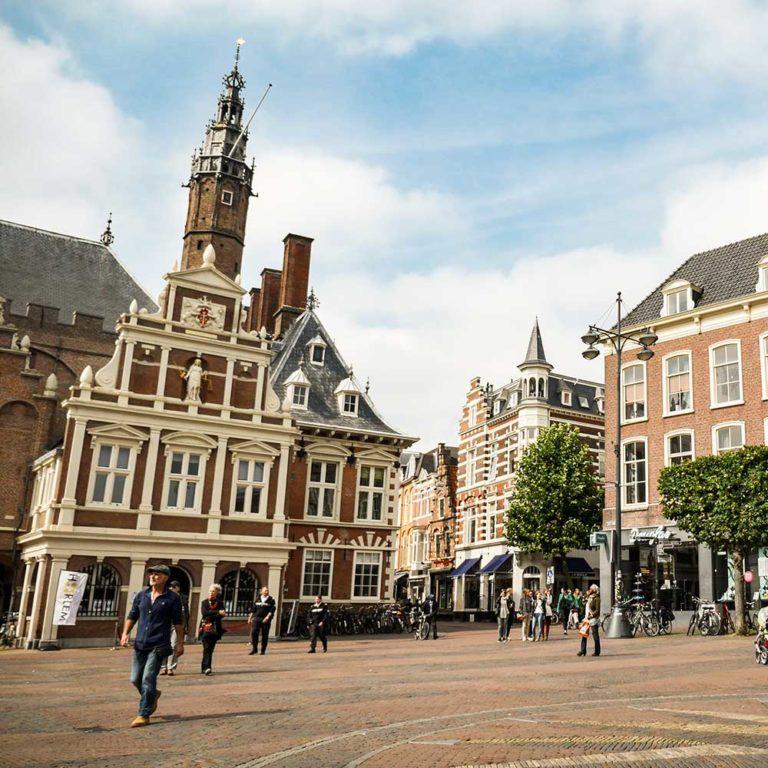Haarlem grote markt uitje vlakbij zandvoort aan zee Beachhouse hotel