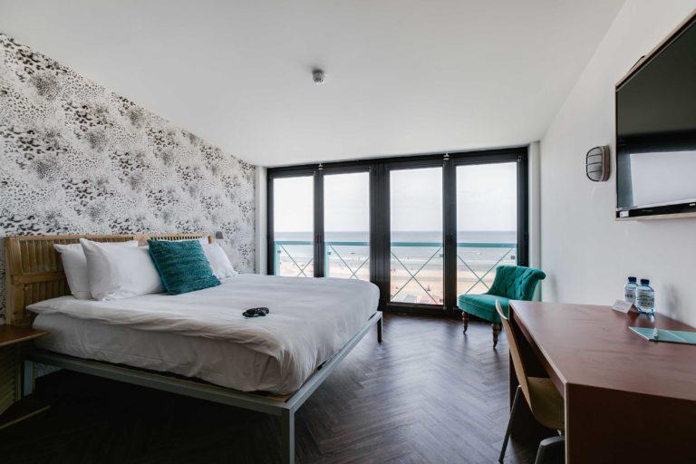 Kingsize bed superior zeezijde beachhouse hotel