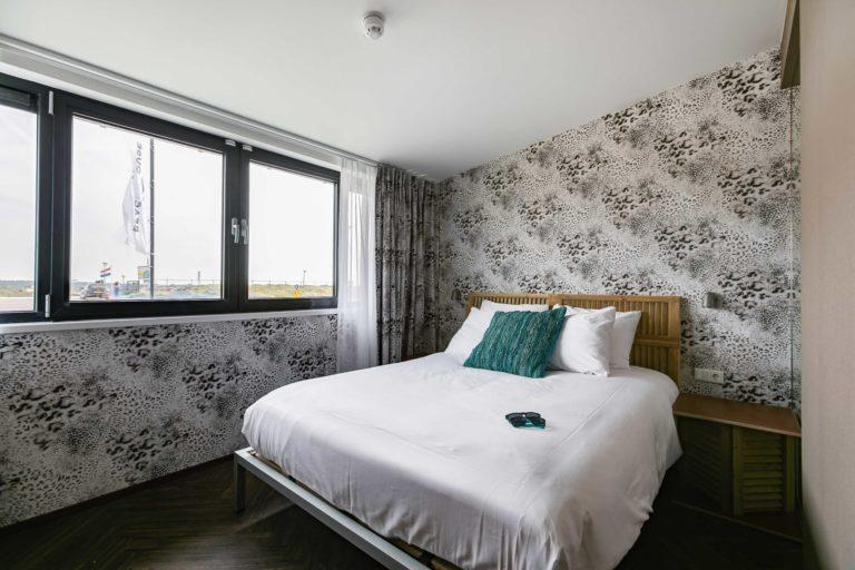 kingsize bed slaapkamer comfort landzijde beachhouse hotel