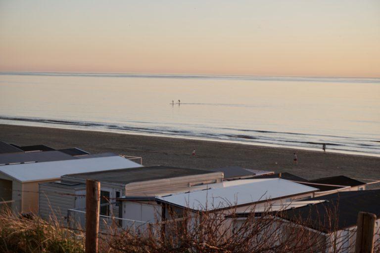 Uitzicht op strandhuisjes bij het beachhouse hotel