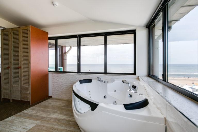 Jacuzzi in de badkamer van de Deluxe suite Beachhouse hotel