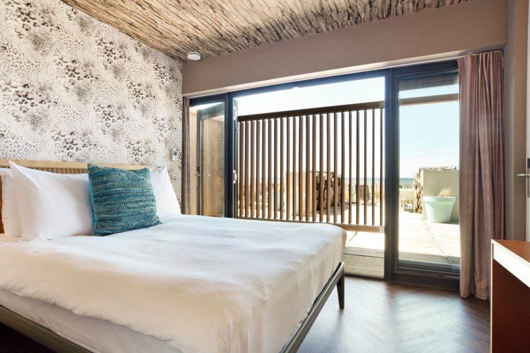 Slaapkamer zeezijde kamer Beachhouse hotel
