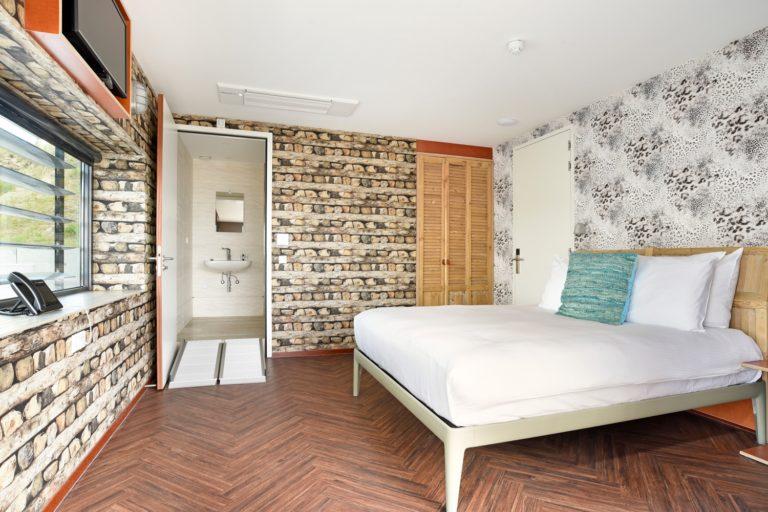 Slaapkamer superior zeezijde kamer Beachhouse hotel