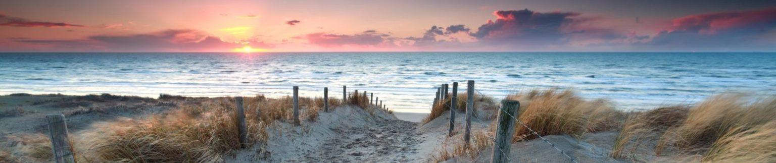 Lopen naar het strand met zonsondergang